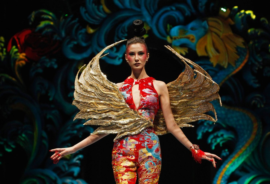 A model presents a creation by Chinese designer Guo Pei during the Asian Couture fashion show in Singapore November 27, 2012. REUTERS/Edgar Su (SINGAPORE - Tags: FASHION) ORG XMIT: SGP808