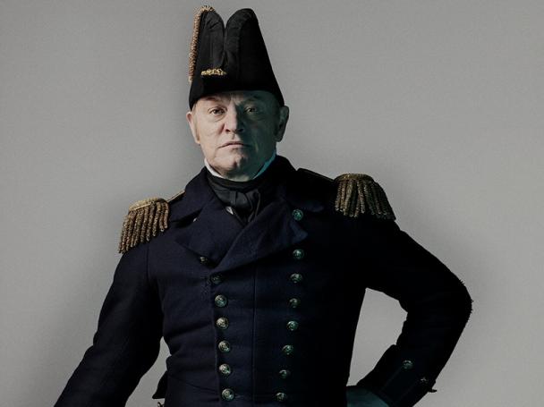 El actor Jared_Harris como el capitán Francis-Cozier