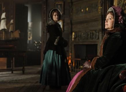 Greta Scacchi cono Lady Jane Franklin y de pie Sian Brooke como Sophia Cracroft