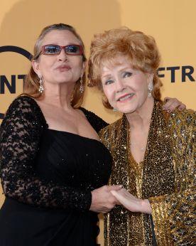 Carrie Fischer y Debbie Reynolds, esta hermosa pero complicada relación entre una estrella como lo fue Reynolds y Fisher termina siendo la inspiración para Carrie y su libro PostCards from the Edge el cual luego fue convertido en una importante pelicula donde Shirley McClaine y Meryl Streep interpretan a las dos actrices