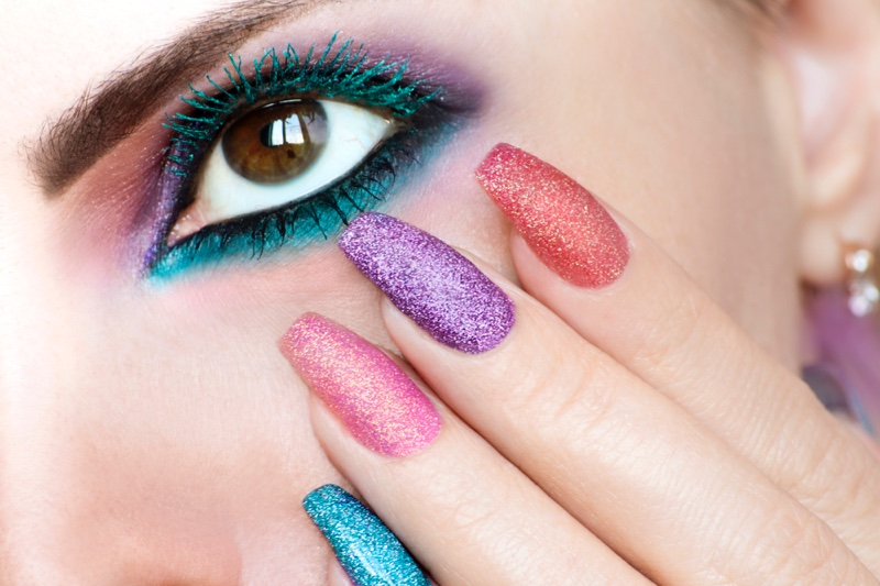 Blue-Mascara-Colored-Glitter-Nails