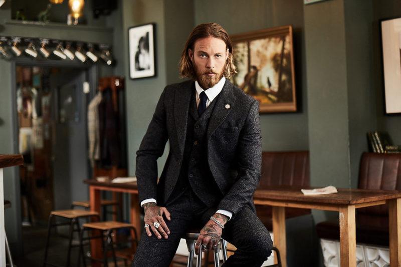 Groom-Wearing-Glitter-Wedding-Suit-800x533.jpg